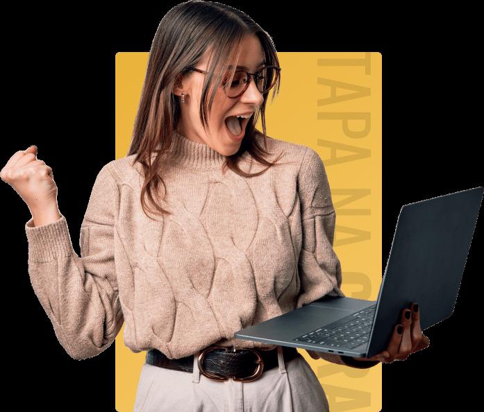 mulher segurando notebook 55lab