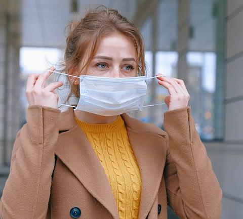 mulher-usando-mascara
